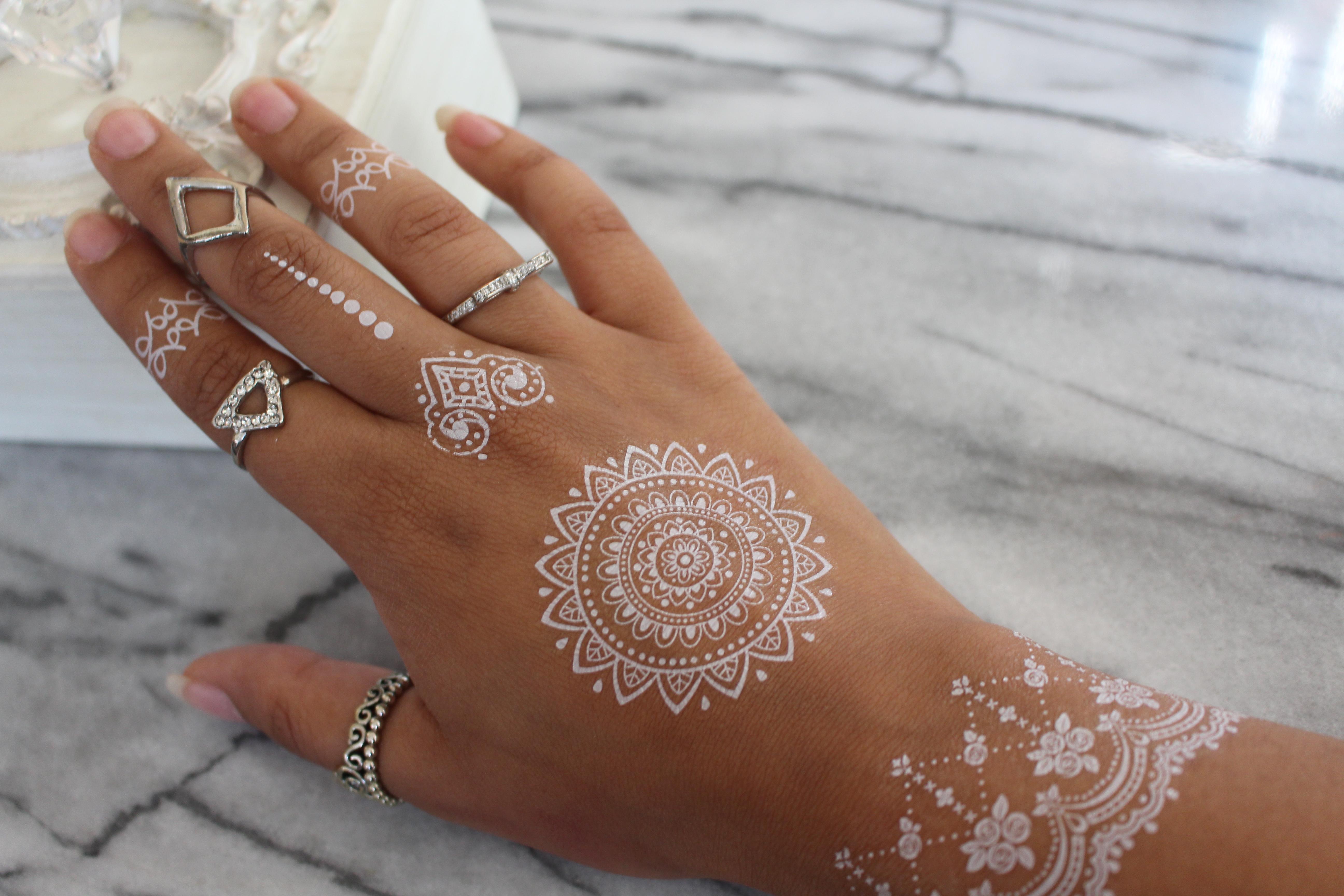 Witte henna plak tattoos