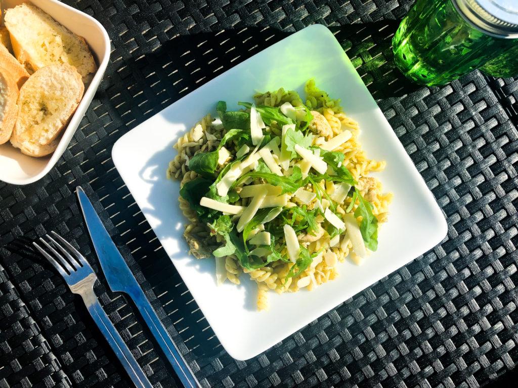 zomerse pastasalade met kip en pesto