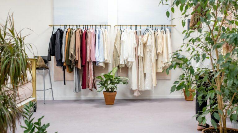 kledingstukken op kledingrek